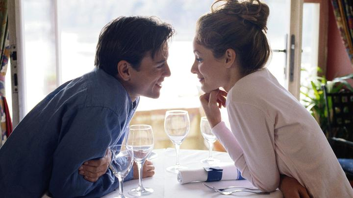 This image has an empty alt attribute; its file name is couple-romantic-dinner.jpg